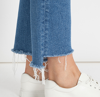 Verkürzte Jeans mit offenem Saum jetzt bei Mavi