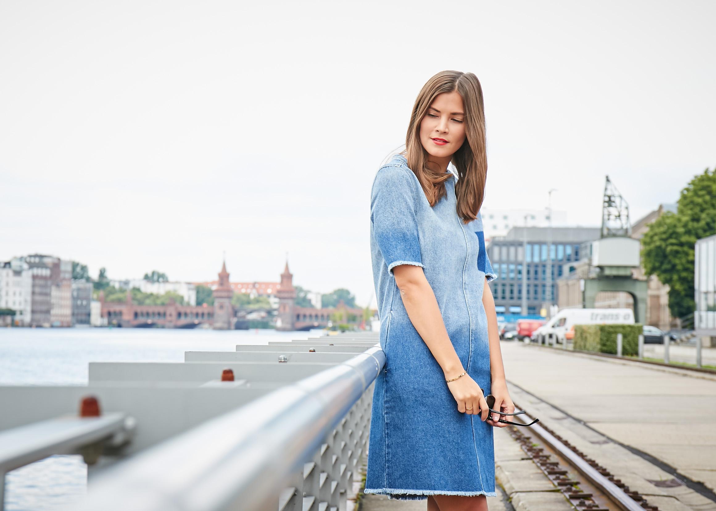 Mavi mit Fashiioncarpet und einem kurzen Jeanskleid