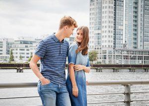 Fashiioncarpet und Patkalo im Mavi Look, mit Jeanskleid, Poloshirt und heller Jeans