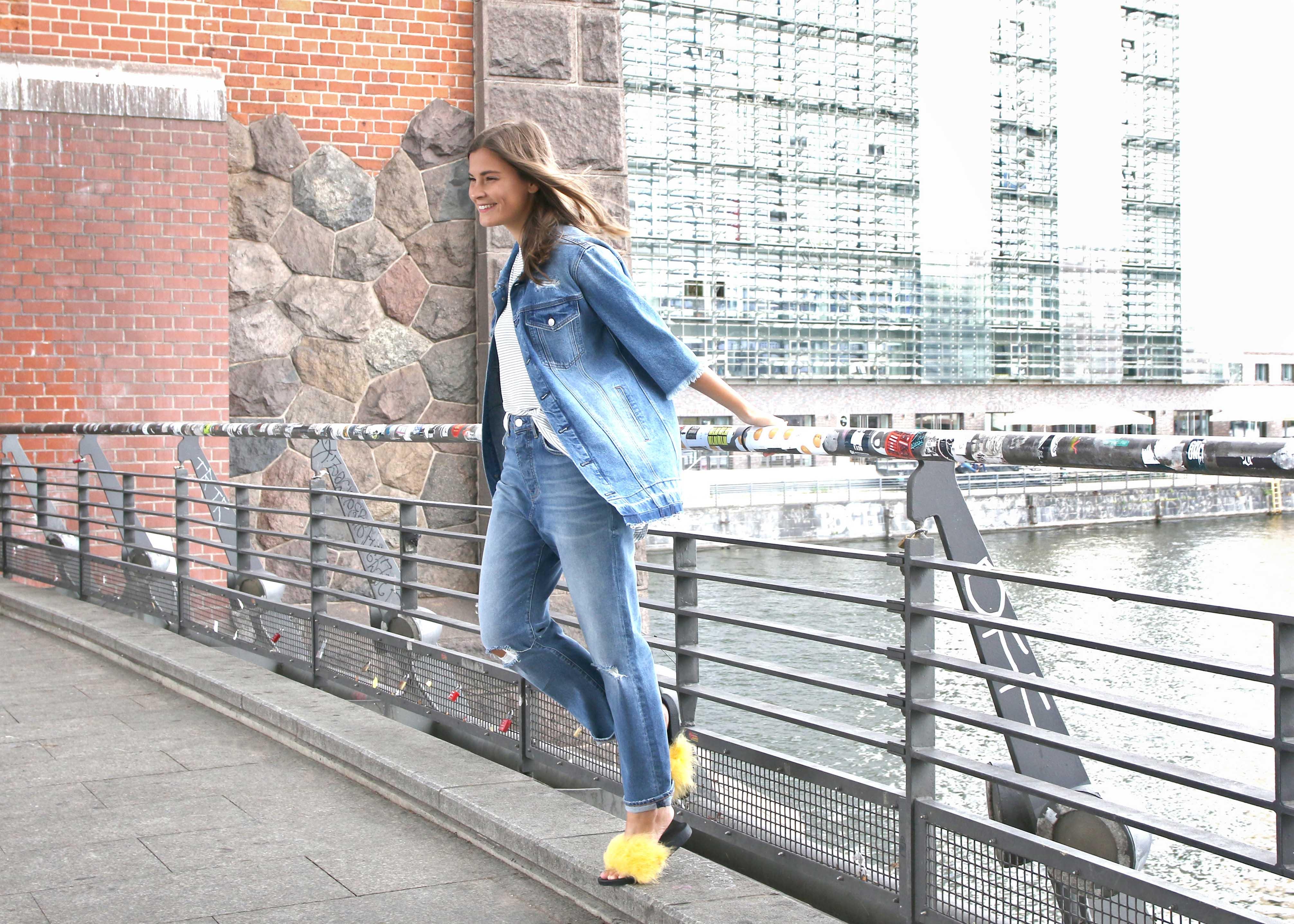 Mavi und Fashiioncarpet in einer franzen Oversize Jeansjacke, einem modischen gestreiften T-Shirt und einem hochgeschnittenen Mom Fit.