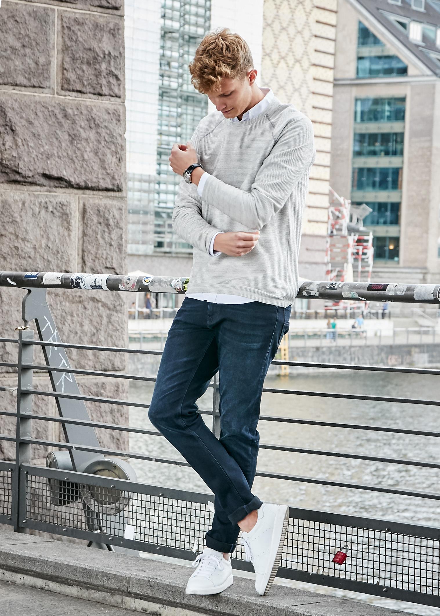 Mavi Jeans mit Patkahlo in lässiger dunkelblauen Straight leg Jeans, einem weißen Basic Hemd und einem lockeren beigen Sweater