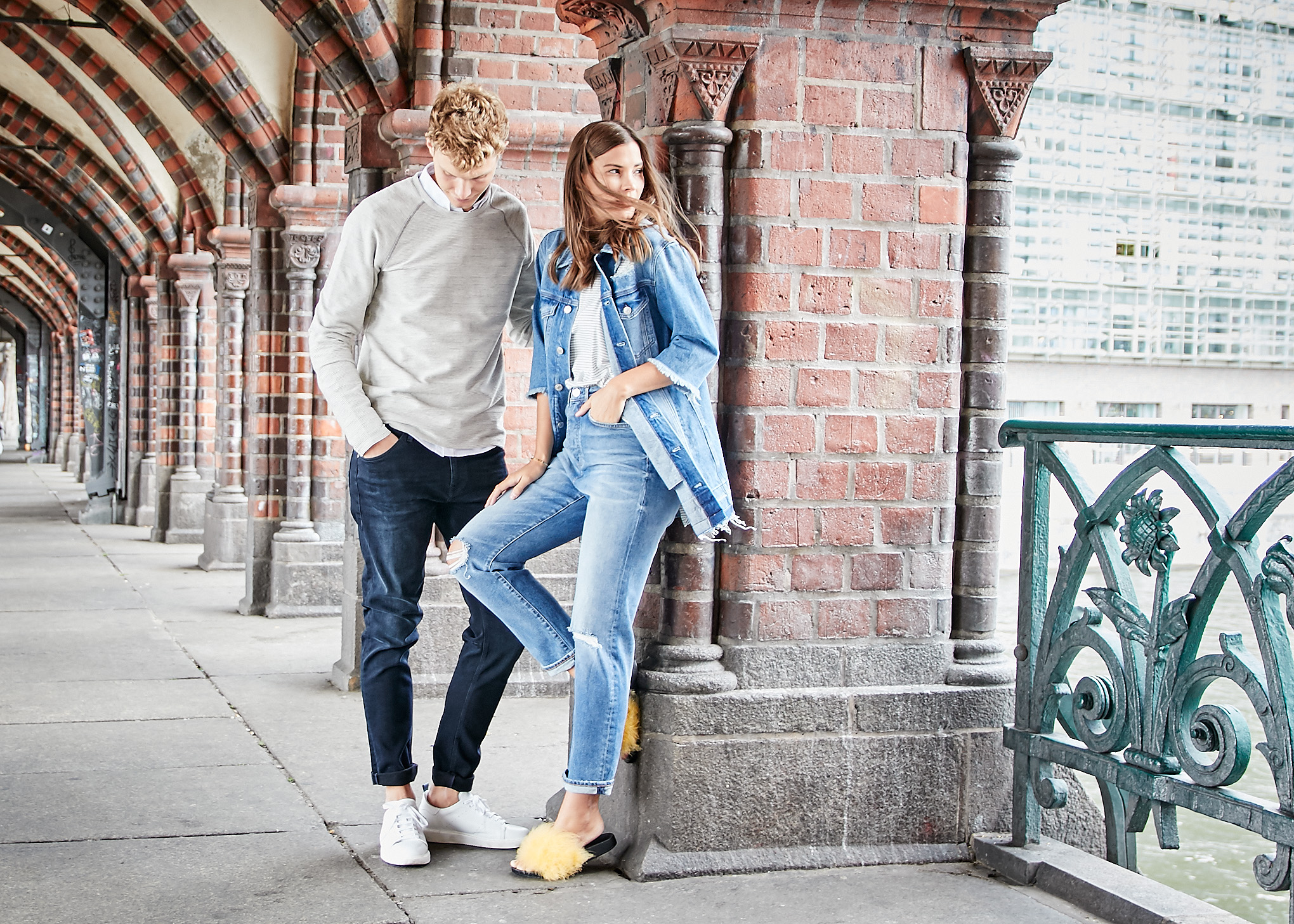 Mavi mit Fashiioncarpet und Patkahlo in schickem weißen Hemd, einem leichten beigen Sweater, einer dunkelblauen Straight Leg Jeans, einem gestreiften T-Shirt und einer hellen Mom Jeans mit Knee cuts