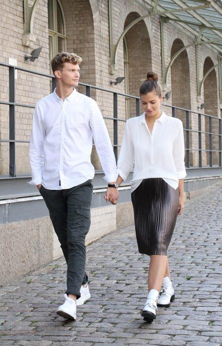 Mavi Jeans, Fashiioncarpet und Patkahlo, in weißer oversize Bluse, einem glänzenden Faltenrock, einem weißen print Hemd und everyday Sneakers