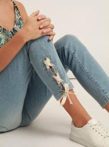 Serena Ankel der Mavi Jeans Fit mal ganz anders in heller Waschung und schönen Schnürungen an den Beinen