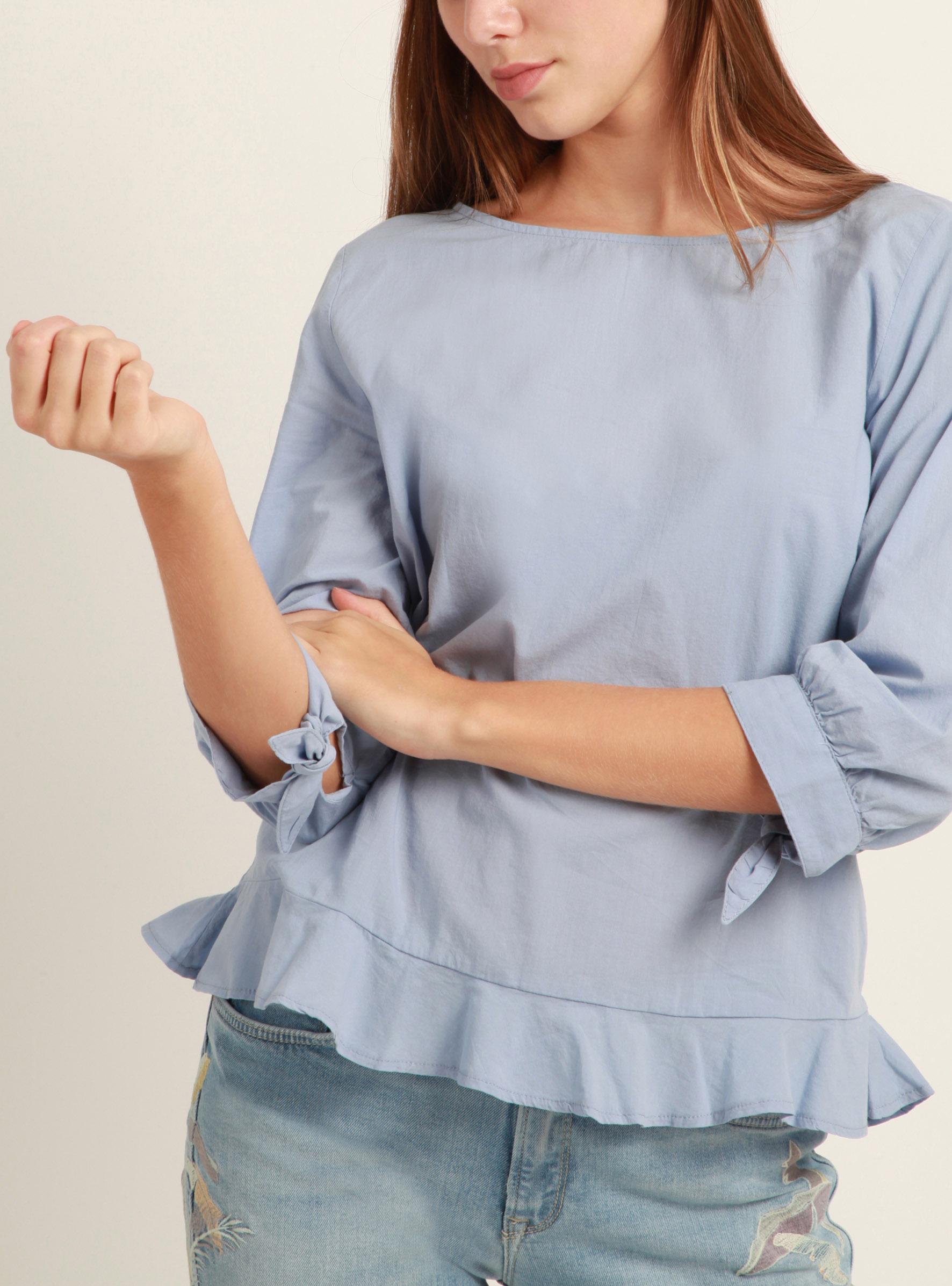 Ein blauer Hingucker mit Schleifen an den Armen in der Mavi Sommer Kollektion