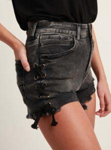 Mavi Jeans Short Claire neu deffiniert in dunkel grau und mit spannenden Details an der Seite