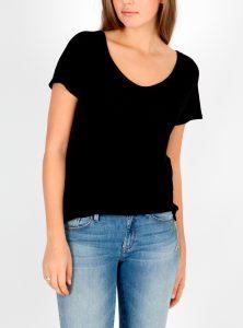 Schlichtes schwarzes T-Shirt kombinierbar zu jedem Look bei Mavi