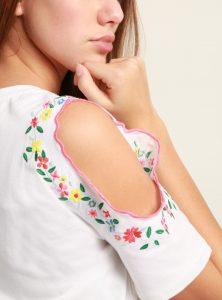 Trendiges Off-Shoulder T-Shirt mit Stickerein an den Armen