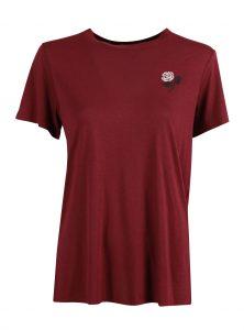T-Shirt in Weinrot mit Rosen-Stickerei Weinrotes T-Shirt mit Stickerei in Weiß und Dunkelgrau Kurzarm und Rundhalsausschnitt Gerader Saum neu bei Mavi neue Kollektion Young Fashion