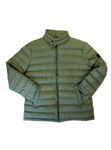 Kurze wattierte Jacke in Oliv-Grün mit Seitentaschen und hochgestelltem wattiertem Kragen mit Knopfverschluss aus der neuen Mavi Herren Kollektion