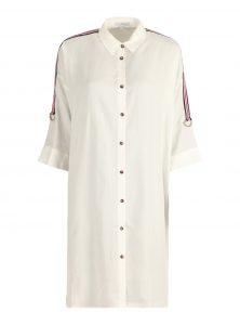 Oversized Blusenkleid in Weiß aus Lyocell mit Bindings an Arm und Rücken und verkürzten Ärmeln mit Verschluss sowie eine Knopfleiste mit braunen Knöpfen und Kentkragen aus der neuen Mavi Uptown Kollektion